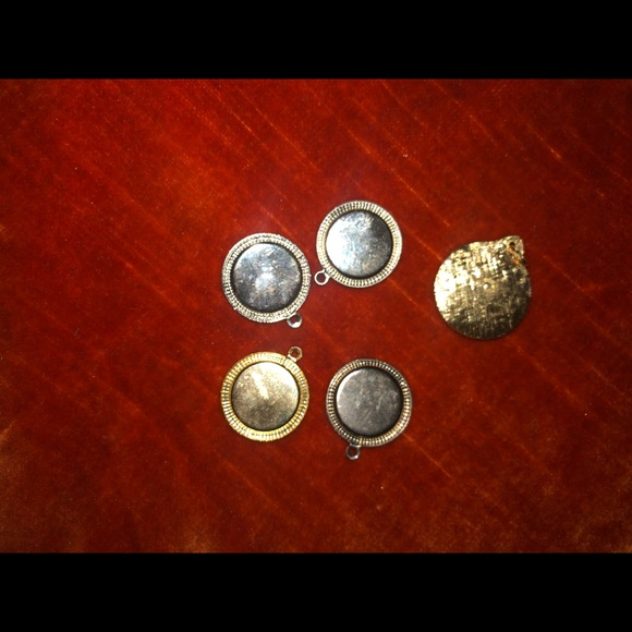 Vintage Jewelry - 5 vintage Silvertone and goldtone pendants lockets